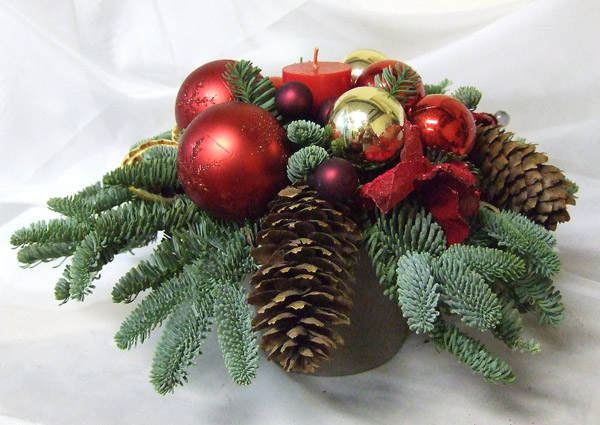композиции из еловых веток, шишек и новогодних украшений